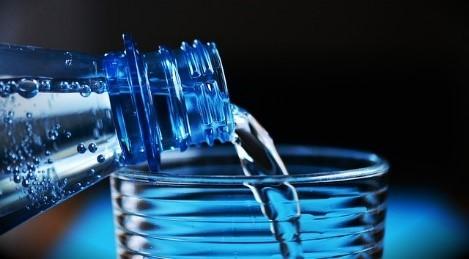 vaso con agua y botella de agua