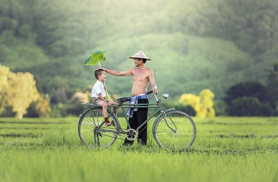hombre y niño en el campo